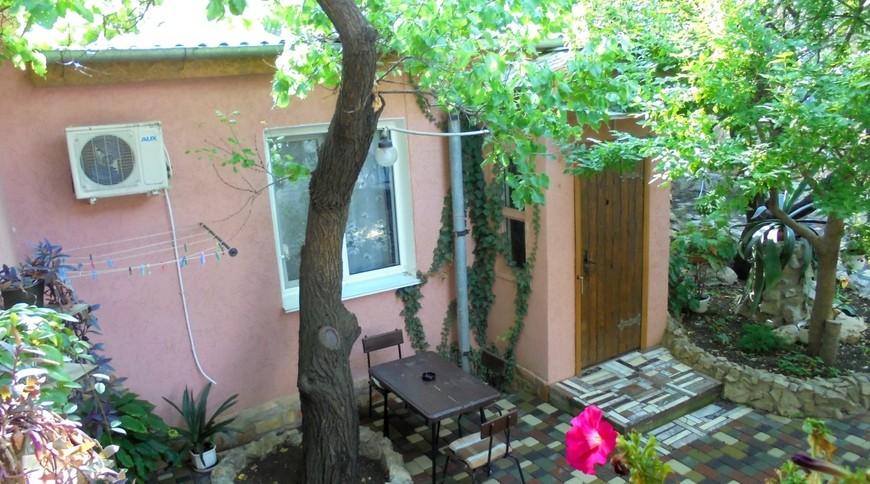 """Изображение частного дома """"Домик под абрикосовым деревом на 2-4 человека в Феодосии."""" #1"""