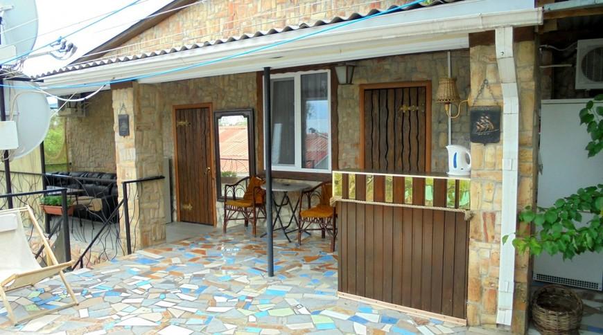 """Изображение частного дома """"Двухкомнатный домик с террасой на 3-7 человек в Феодосии."""" #3"""