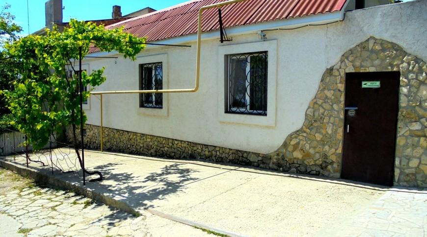 """Изображение частного дома """"Двухкомнатный домик с террасой на 3-7 человек в Феодосии."""" #26"""