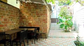 Отдельный трехкомнатный дом со своим закрытым двором и гаражом, без хозяев, в Феодосии.