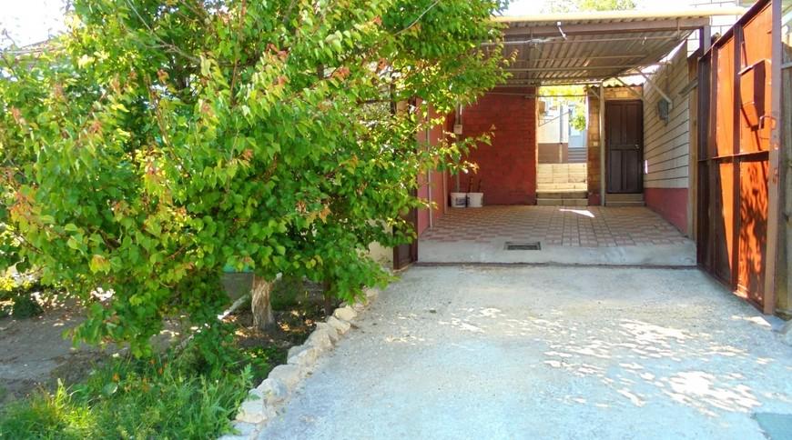 """Изображение частного дома """"Отдельный трехкомнатный дом со своим закрытым двором и гаражом, без хозяев, в Феодосии."""" #2"""