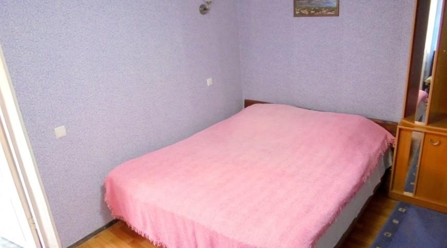"""Изображение частного дома """"Отдельный трехкомнатный дом со своим закрытым двором и гаражом, без хозяев, в Феодосии."""" #8"""