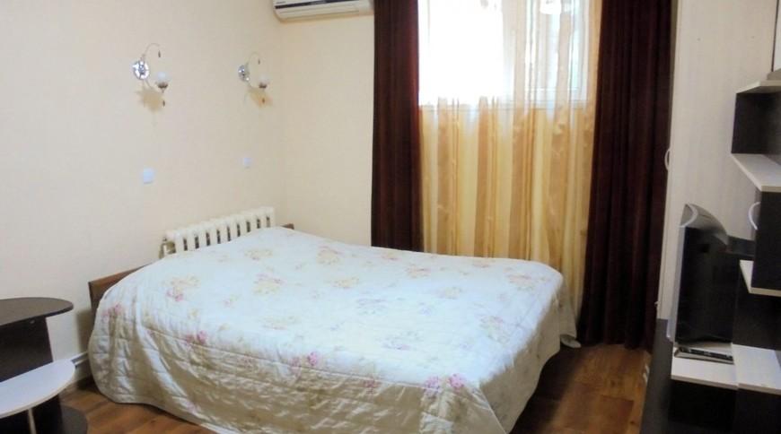 """Изображение частного дома """"Отдельный трехкомнатный дом со своим закрытым двором и гаражом, без хозяев, в Феодосии."""" #11"""