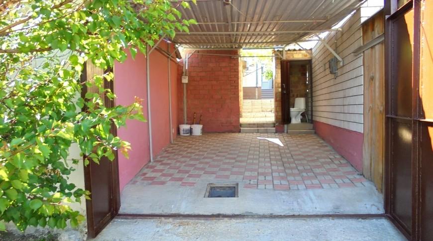 """Изображение частного дома """"Отдельный трехкомнатный дом со своим закрытым двором и гаражом, без хозяев, в Феодосии."""" #19"""